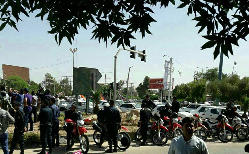 Hundreds of steel workers in Ahvaz chant