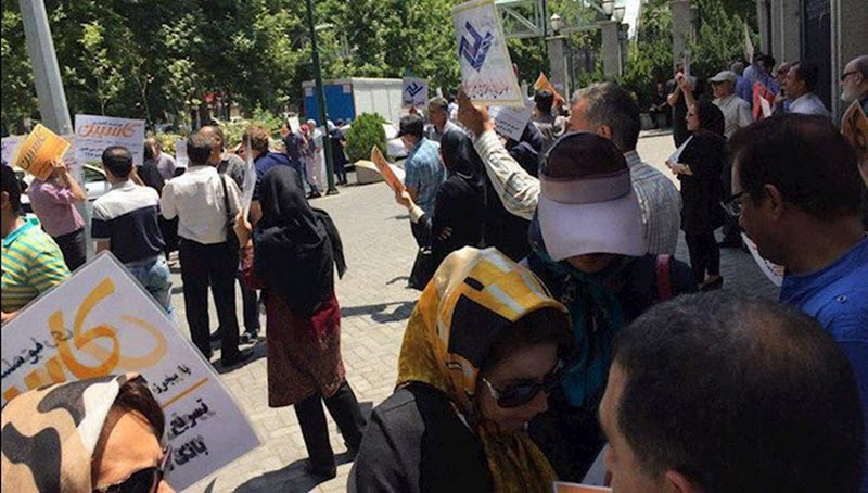 Customers of Iranian credit institutions continue protests over plundered investments
