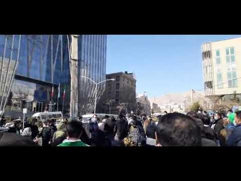 Unjuk rasa para pemegang saham pasar saham di Teheran dengan slogan