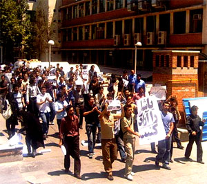 Iran: Students continue with their protests in Tehran today