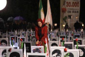 Maryam Rajavi mengunjungi peringatan 30.000 korban pembantaian tahanan politik Iran tahun 1988 di luar Majelis Nasional Prancis, 29 Oktober 2019