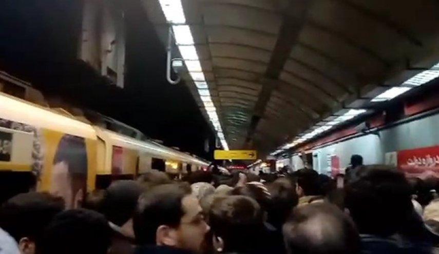 Iran: Tehran Metro without social distancing amid coronavirus outbreak - April 2020