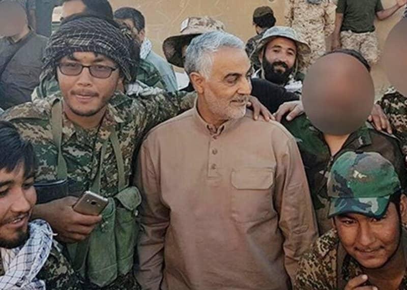 Qassem Soleimani, bersama dengan anggota pasukan Fatemiyoun (milisi Syiah yang berafiliasi dengan Pasukan Quds Afghanistan) di Suriah