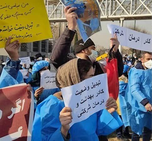 Petugas kesehatan kontrak mengadakan protes di depan Majelis (parlemen) rezim di Teheran - 29 Desember 2020