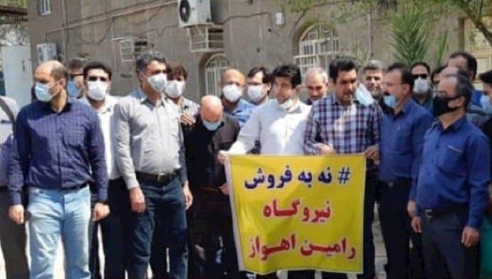 Pekerja pembangkit listrik Ramin melakukan protes di Ahvaz, Iran barat daya