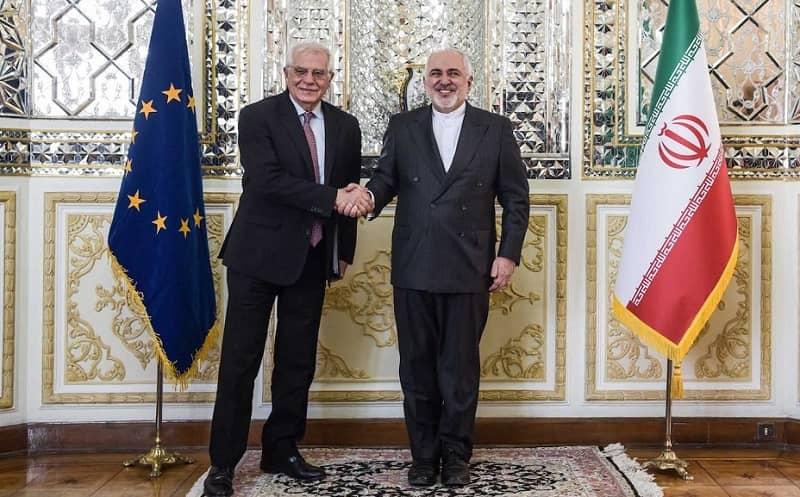 Josep Borrell berjabat tangan dengan Javad Zarif di Teheran