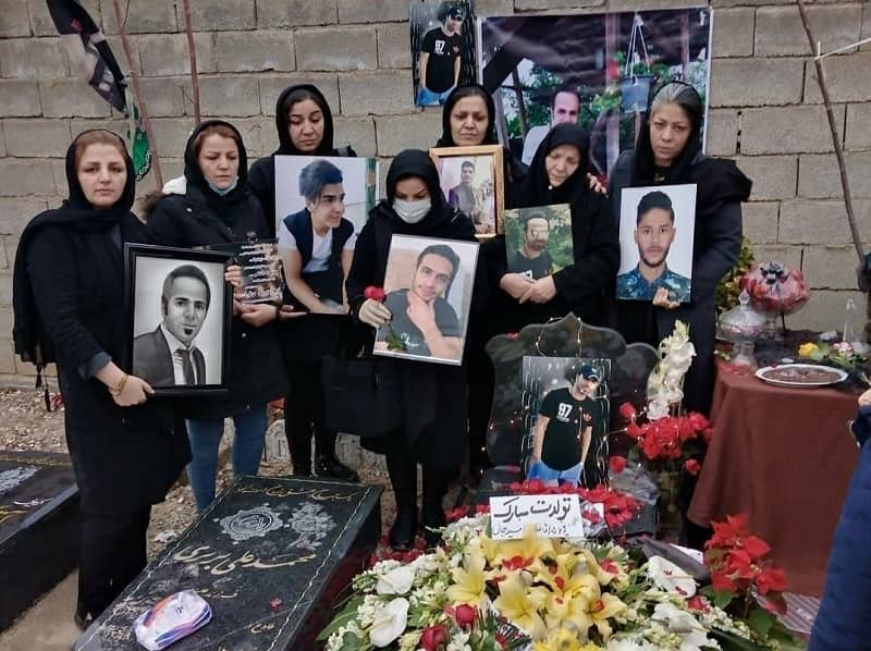 Pada kesempatan ulang tahun Omid Rezaei, salah satu korban Protes November 2019 beserta keluarganya dan beberapa keluarga korban lainnya berkumpul di makam Omid di Karaj.