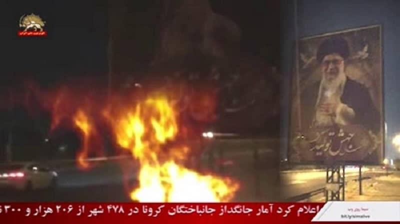 Teheran - Membakar spanduk besar Khamenei - 25 Januari 2021