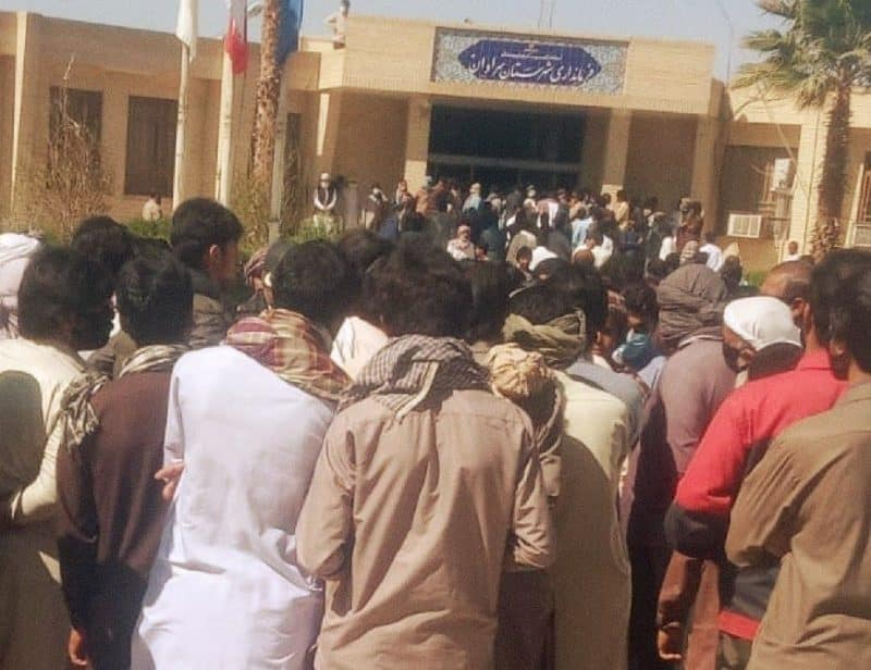 Pengunjuk rasa Baluch di luar Kantor Gubernur Saravan