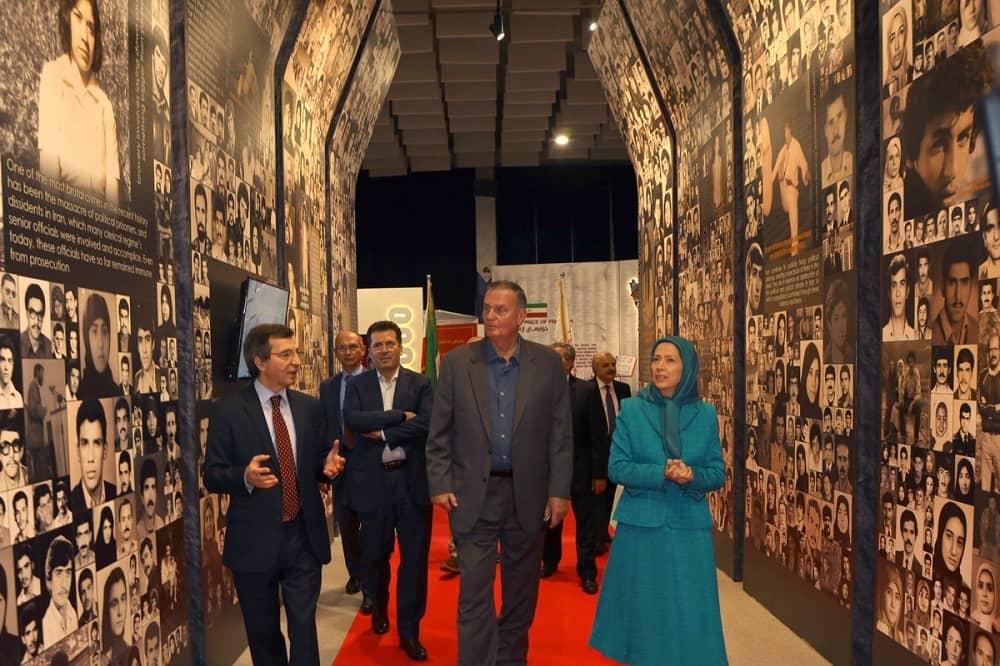 """Jenderal Jones mengunjungi museum """"120 Tahun Perjuangan untuk Kebebasan di Iran"""", di Ashraf-3, markas MEK di Albania. Maryam Rajavi berbicara kepadanya tentang pengorbanan anggota MEK yang dibantai oleh rezim Iran."""