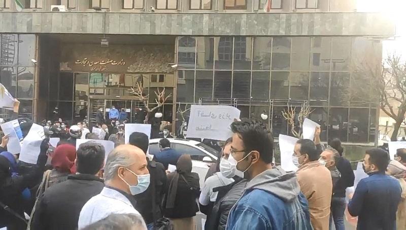 Pembeli mobil yang ditipu berkumpul di luar Kementerian Perindustrian, Pertambangan, dan Perdagangan di Teheran (ibu kota Iran) untuk meminta mobil mereka yang tidak terkirim dari Azvico (rekan industri mobil Azarbaijan). Perusahaan belum mengirimkan 6.000 mobil yang dibeli oleh pelanggannya 2 tahun lalu - 16 Februari 2021