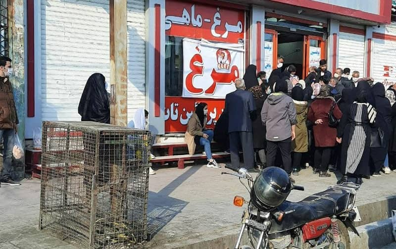 Sementara jumlah kematian akibat virus korona di Iran meningkat dan situasi kesehatan memburuk, unggas menjadi langka. Pada Selasa, 2 Maret, warga Karaj (Iran utara) terpaksa antre dan berkumpul dalam kondisi pandemi untuk membeli ayam dengan harga pemerintah.