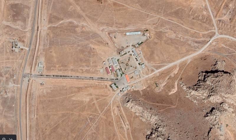 Gambar satelit menampilkan kamp militer dan gerbang masuk fasilitas peluncuran rudal