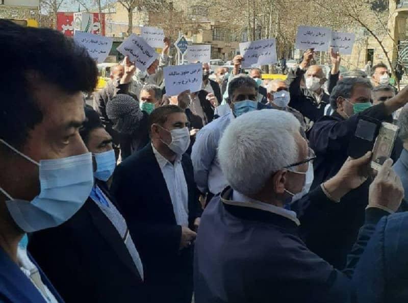 Pensiunan melanjutkan protes mereka selama tujuh minggu berturut-turut.