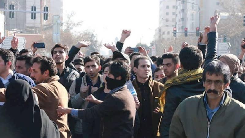 Pemuda Iran melakukan protes di jalan