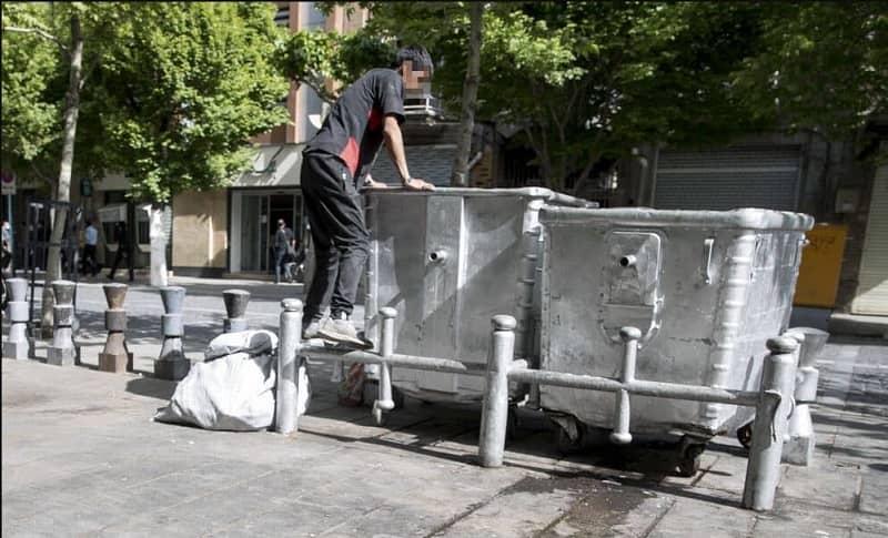 Bocah Iran mencari mata pencaharian di sampah