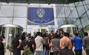 Orang-orang protes di depan Bursa Efek Teheran, Iran