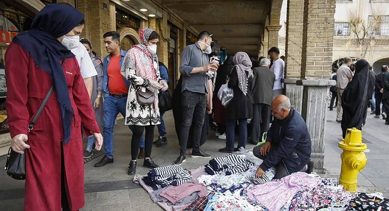 Pria Iran mencoba menjual tekstil di jalan