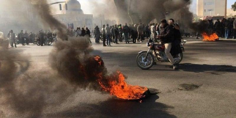 iran-pemberontakan-2019-sepeda motor-terbakar
