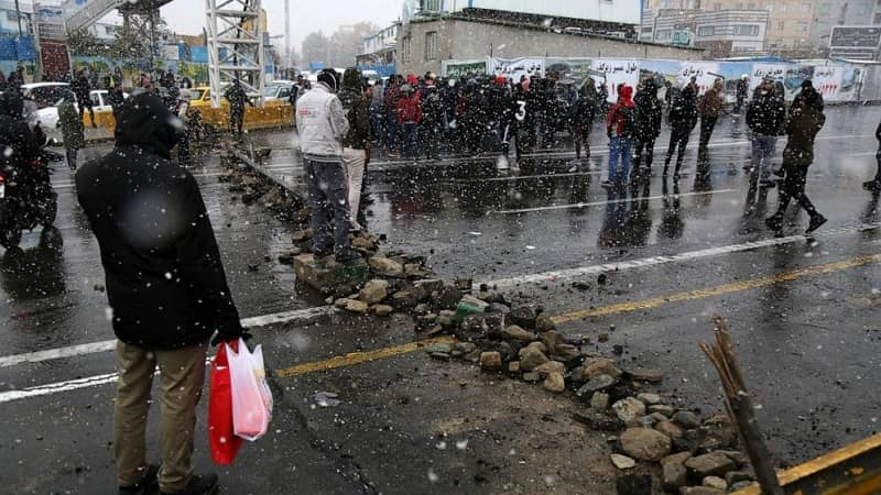 iranian-demonstran-menghadapi-polisi