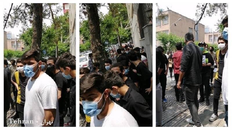 Siswa berkumpul untuk memprotes agar tidak mengikuti ujian secara langsung daripada online, mengingat pandemi Coronavirus.
