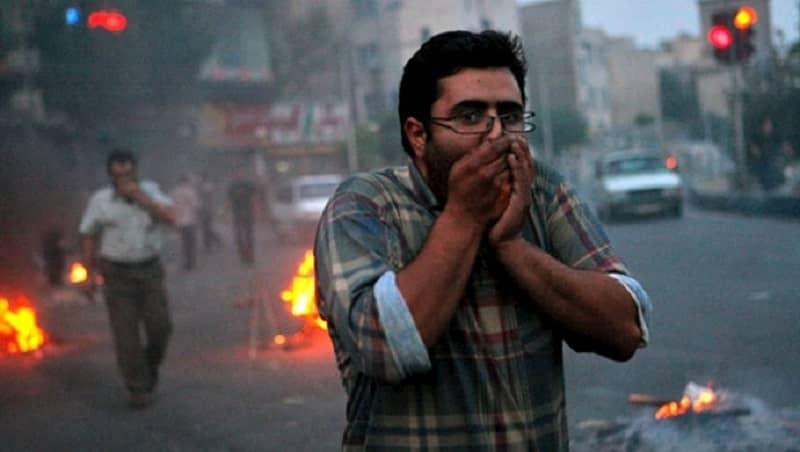 iran-protes-pria-melindungi-wajah