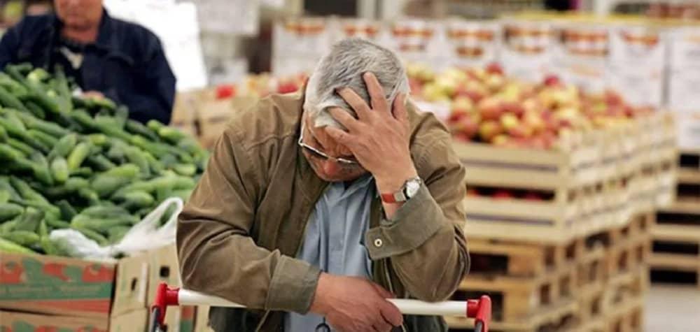 iran-inflation-man-troubled-supermarket