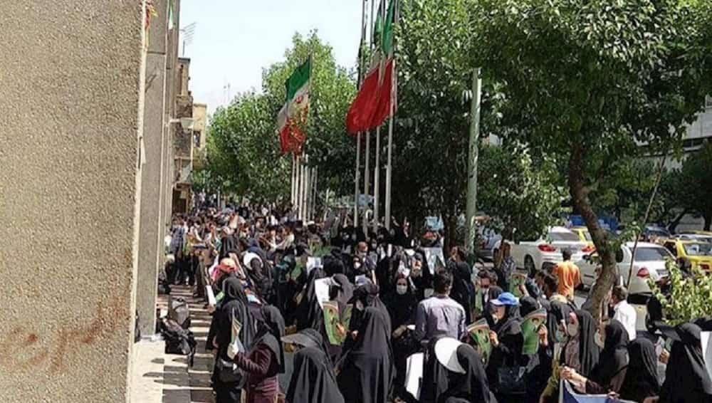 iran-tehran-protest-teachers-19092021-min