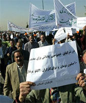 Tens of thousands of workers stage protest against anti-labor policies  of mullahs' regime